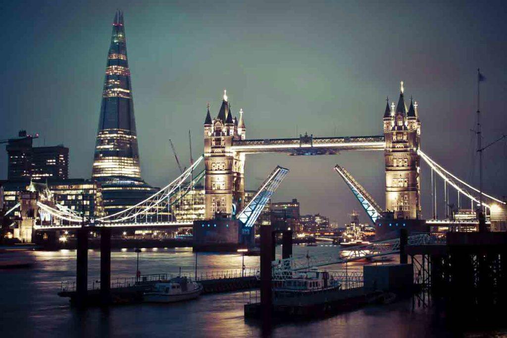 Widok na oświetlony Most Wieżowy Londyn