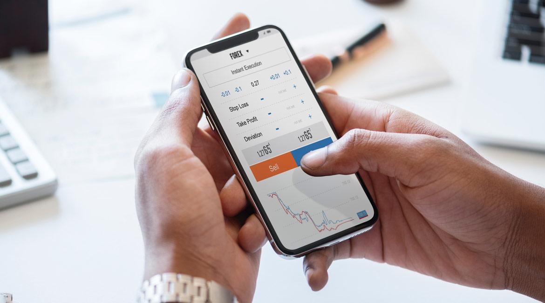 Wyniki inwestycji obserwowane na ekranie smartfona