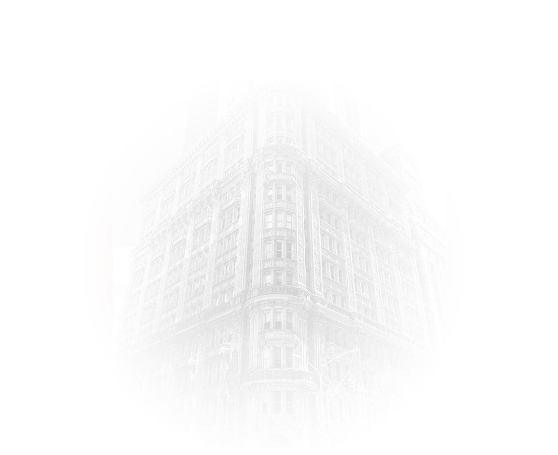 Zabytkowy budynek biurowy we mgle
