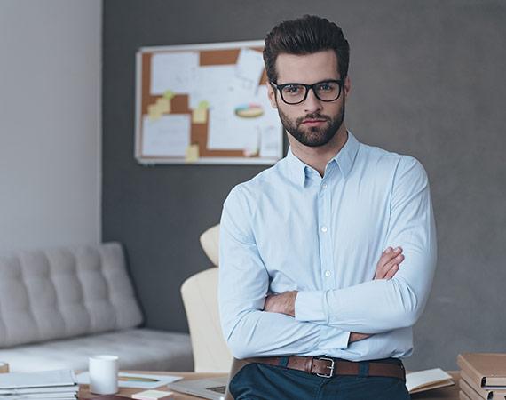 Wyluzowany przedsiębiorca obserwuje rozwój sytuacji