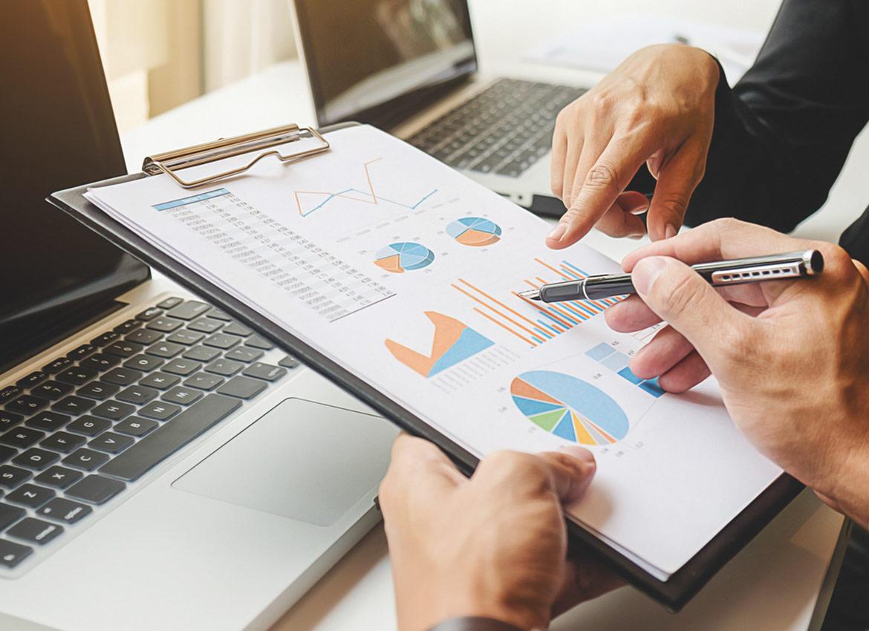 Grupa inwestorów omawia strategie inwestycyjne