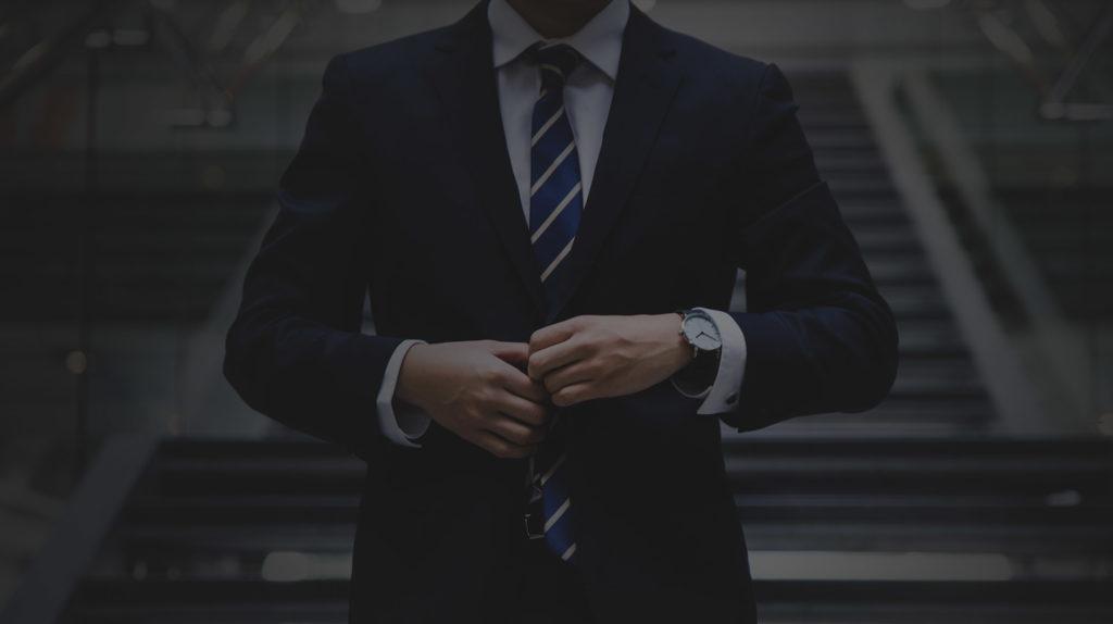 Elegancki mężczyzna po podpisaniu lukratywnego kontraktu