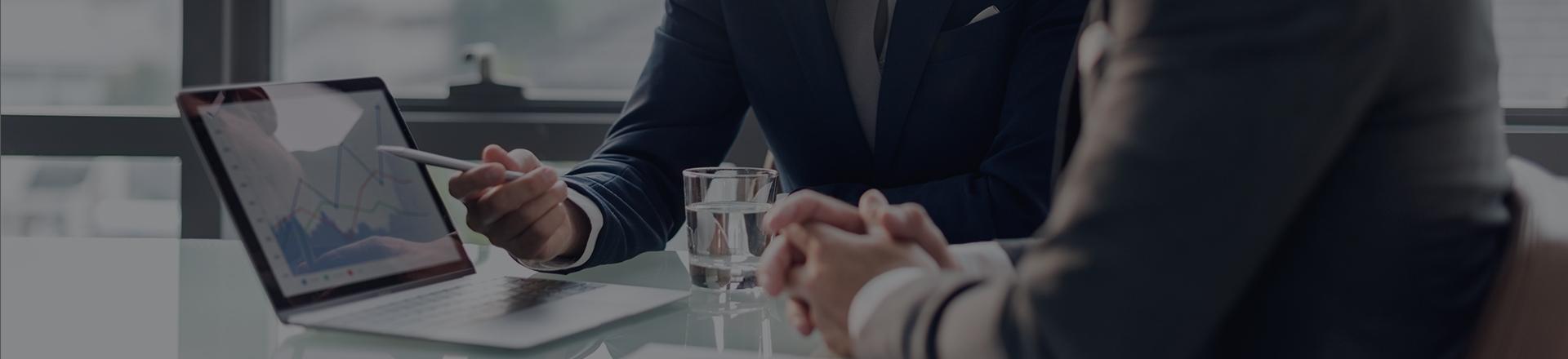 Doradca omawia wyniki inwestycyjne swojemu klientowi