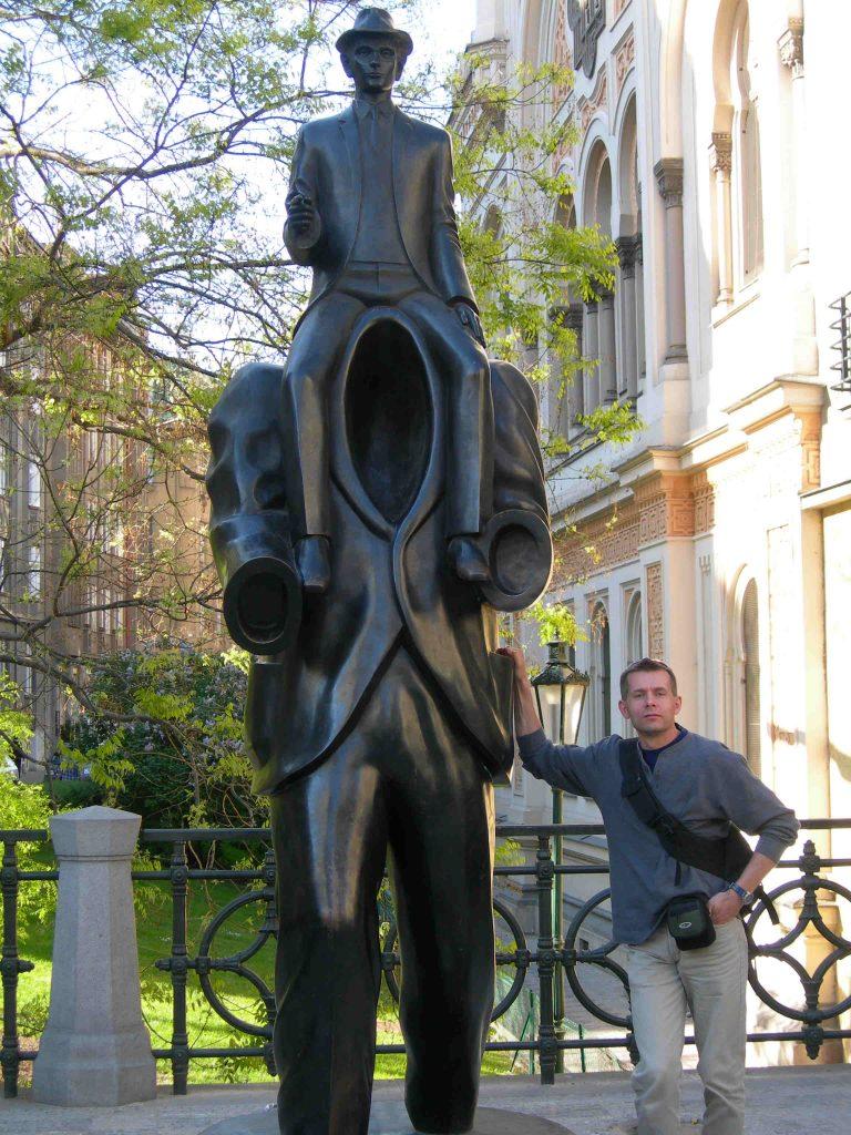 Autor obok pomnika Franza Kafki - 3CRC+37 Praga 1, Czechy