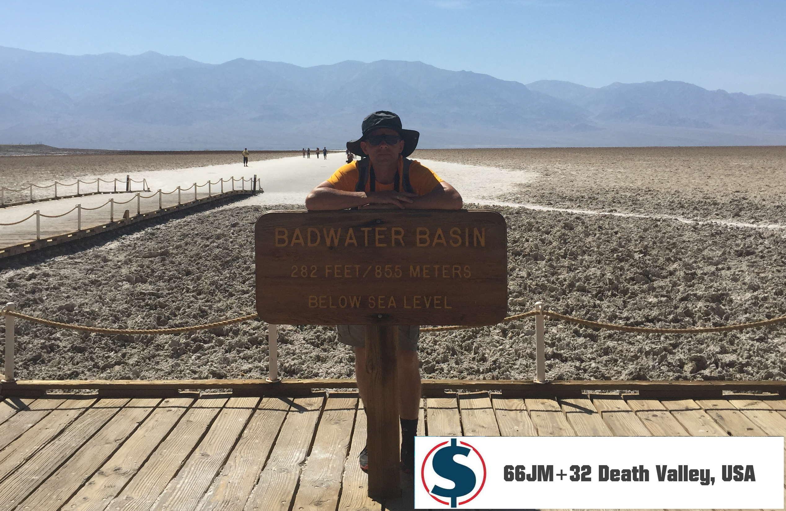 autor obok tablicy Badwater Basin Depresja