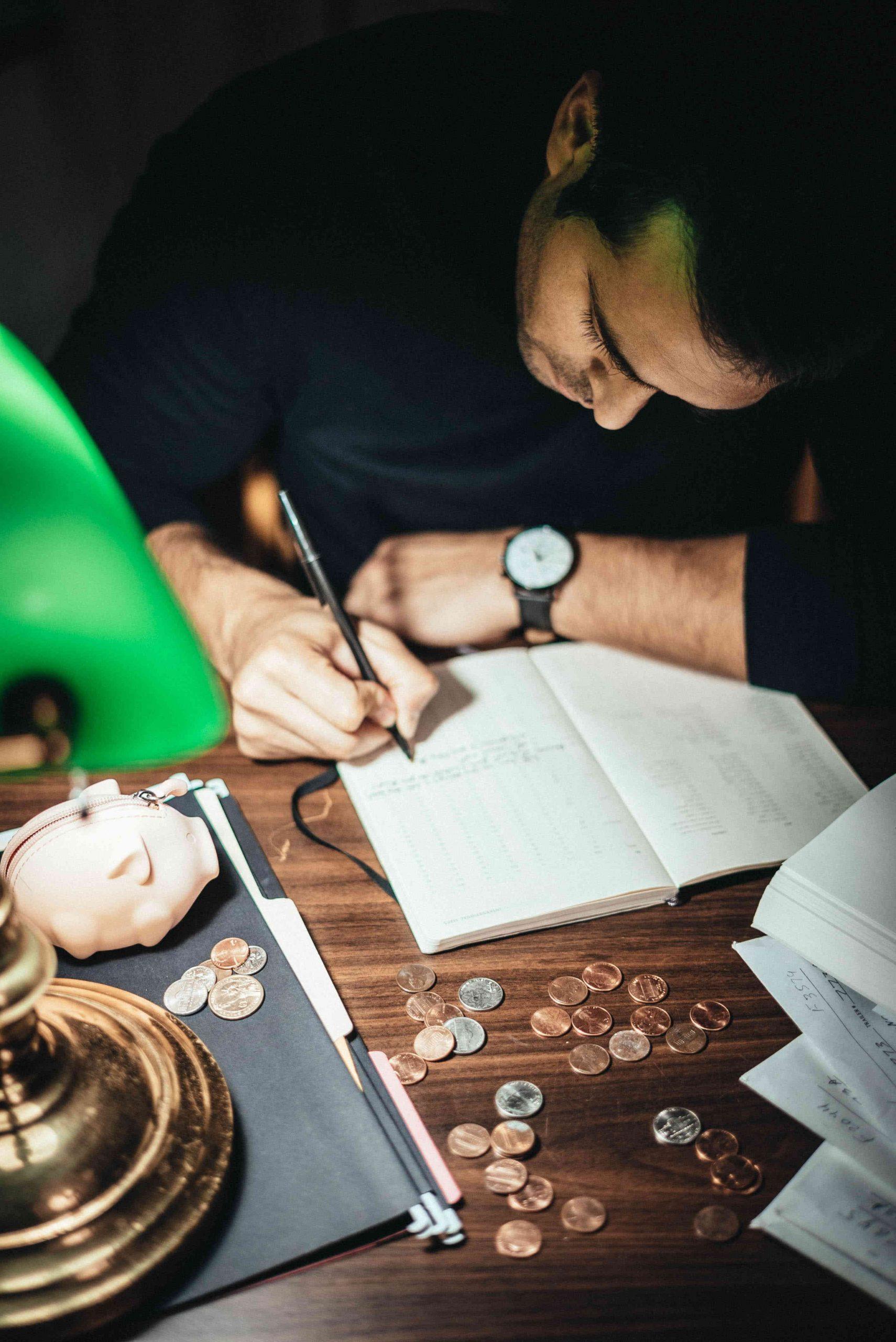 Mężczyzna przy biurku stara się rozwiązać problemy finansowe